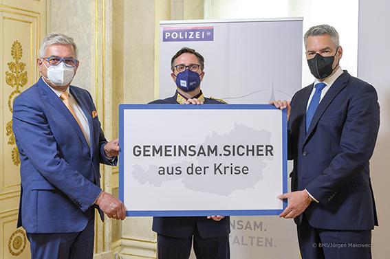 """Innenminister Nehammer präsentiert mit Gemeindebund-Präsident Riedl das Maßnahmenpaket """"Gemeinsam sicher aus der Krise""""."""