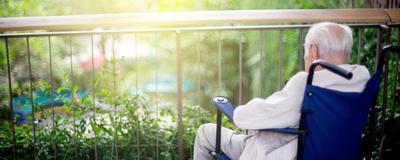 alter Mann am Balkon