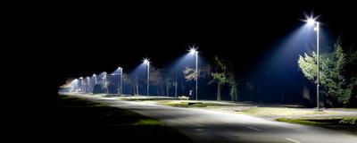 Straßenbeleuchtung mit modernen LED-Lampen in einer Gemeinde