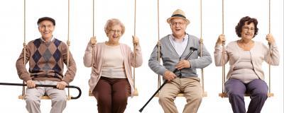 4 Senioren auf Schaukeln