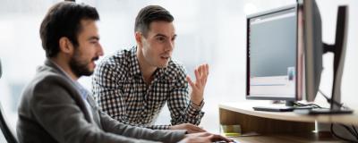 Männer arbeiten am Computer