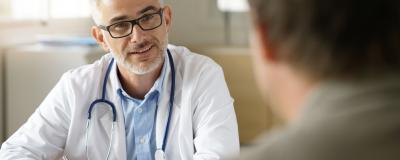 Praktischer Arzt mit Patienten
