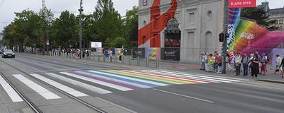 Regenbogen-Zebrastreifen auf der Ringstraße