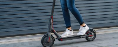 Frau auf einem elektisch betriebenen Roller