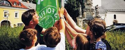 """Der Traiskirchner Bürgermeister Andreas Babler hisste gemeinsam mit den Klima-Aktivisten von """"Fridays for Future"""" eine Flagge für den Klimaschutz"""
