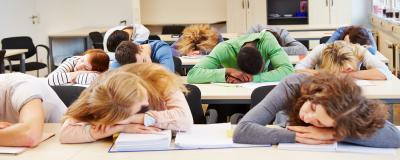 Schüler schlafen in der Klasse