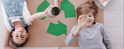Kinder zu Recycling