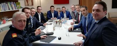 Runder Tisch mit Landesrat Daniel Fellner, Versicherern, Feuerwehrvertretern und Gemeindebund-Landesgeschäftsführer Peter Heymich.