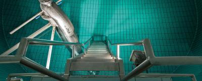 Hochbehälter mit Wasserzulauf und Treppe in den Wasserspeicher