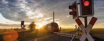 Zug an einem Bahnübergang