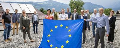 Menschen mit Europa-Flagge