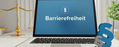 Barrierefreiheit – Recht, Gesetz, Internet. Laptop im Büro mit Begriff auf dem Monitor. Paragraf und Waage.