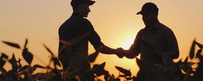 2 Bauern schütteln einander die Hände