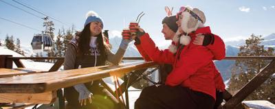 Menschen vor einer Skihütte