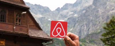 Airbnb-Logo vor Berg