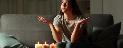 Frau ärgert sich über Stromausfall