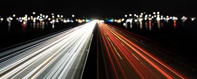 lichtspuren und stadtlichter auf der autobahn