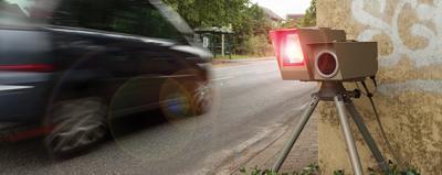 Auto fährt in Radarfalle