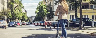 junge Frau mit e-Scooter