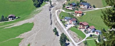 Luftbild eines Bergbachs mit Siedlung im Großarltal, Österreich nach Murgang