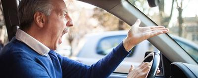 Ein Autofahrer regt sich auf.