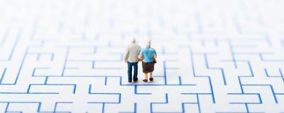 Symbolbild: zwei alte Menschen in einem Labyrinth