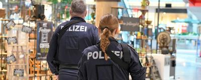 Männlicher und weiblicher Polizist von hinten