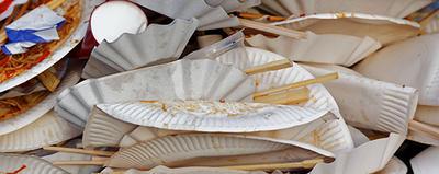 Müllberg von benutzten Papptellern