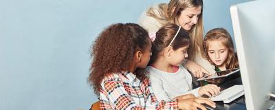 Mädchen am Computer im Informatik Unterricht
