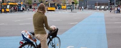 Fahrradfahrerin in Kopenhagen
