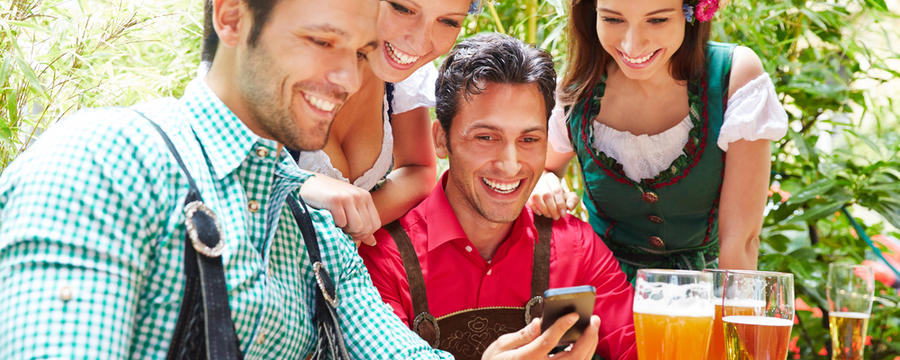 Leute mit Smartphones im Biergarten