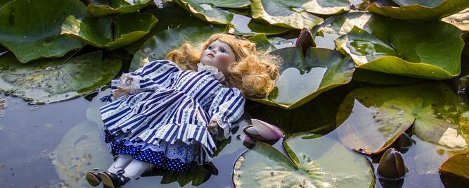 Puppe in einem Teich