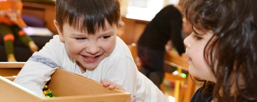 Spielende Kinder in einem Landeskindergarten