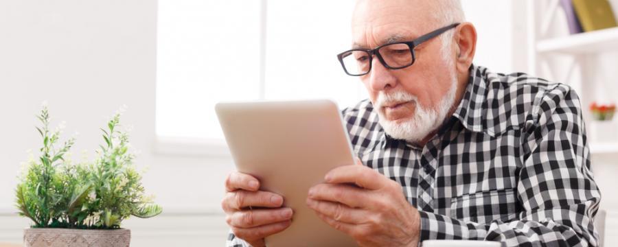 Senior mit Tablet