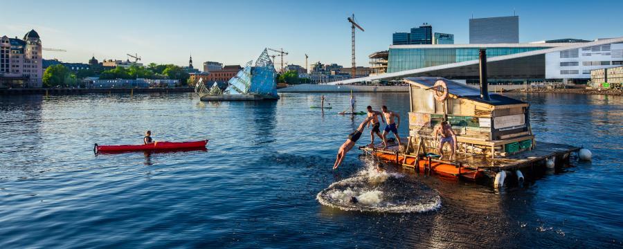 Menschen springen ins Meer in Oslo