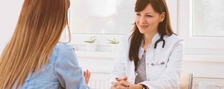 junge Ärztin mit Patientin