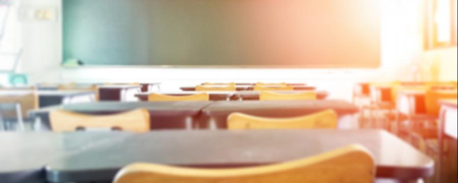 Blick in einen leeren Klassenraum