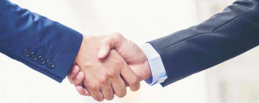 Handschlag bei der Angelobung