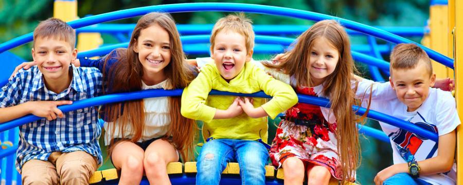 Schüler am Spielplatz