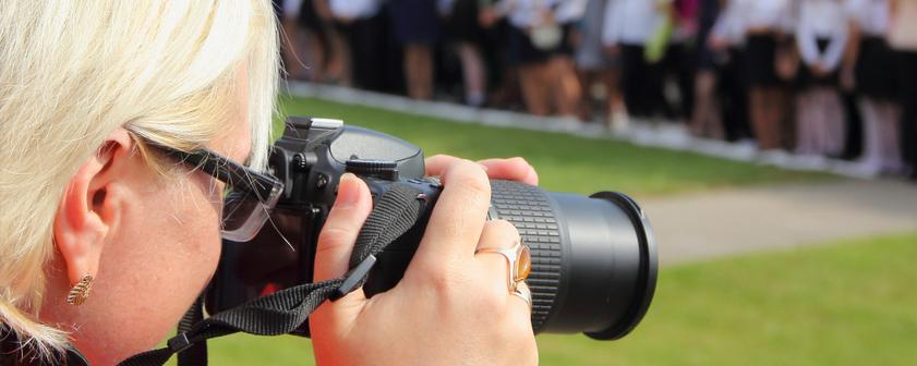 Frau fotografiert bei einer Veranstaltung