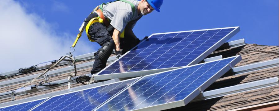 Solarmodule werden verlegt