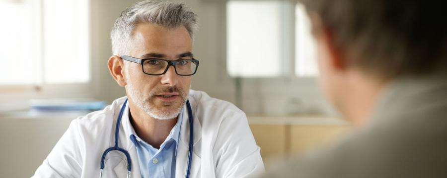 Arzt beim Gespräch mit einem Patienten