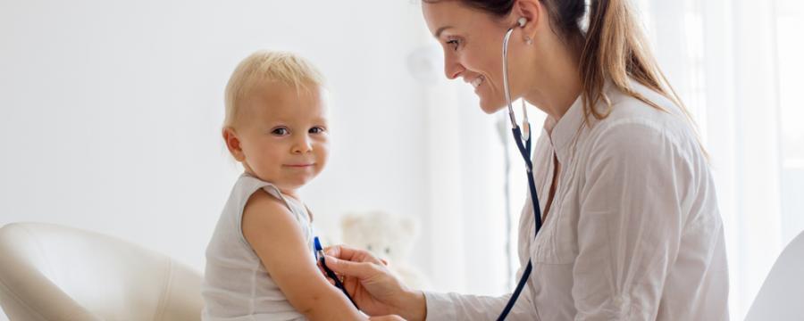 Kinderärztin untersucht einen Buben
