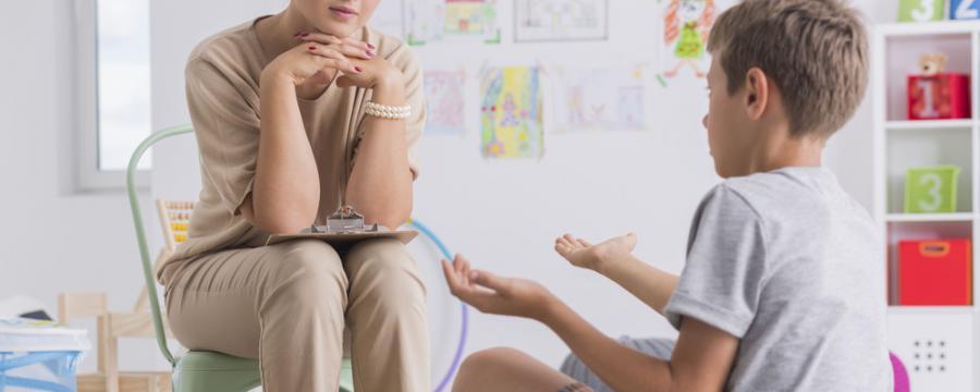 Schulpsychologin mit einem Kind