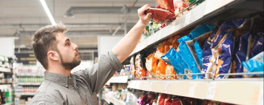 Mann kauf im Supermarkt ein