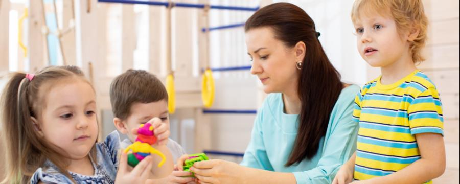 Kinder und Betreuerin in einem Kindergarten