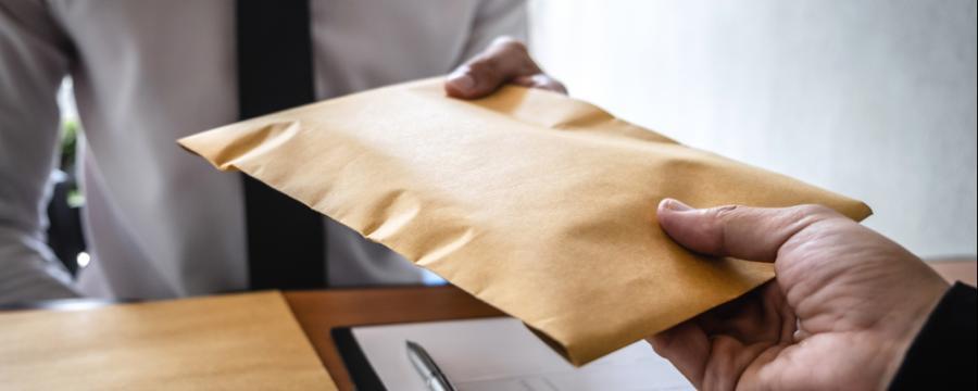 Übergabe eines Kuverts mit Bestechungsgeld | Achtung Amtsmissbrauch