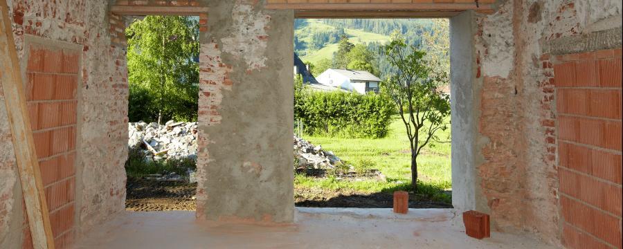 Gebäude im Bau mit Blick auf Grünes