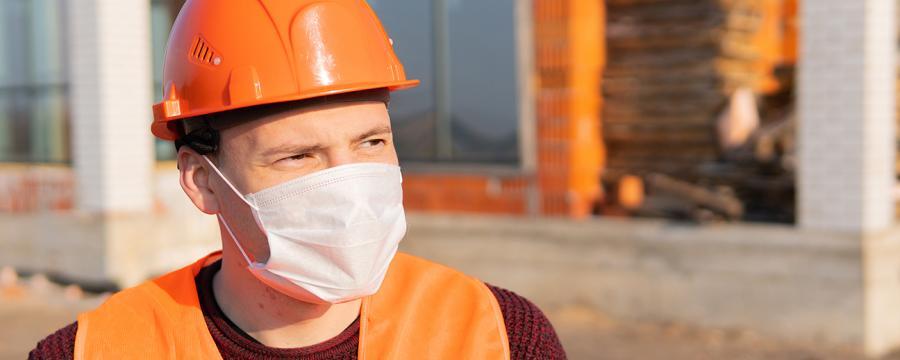 Bauarbeiter mit Nasen-Mund-Schutz