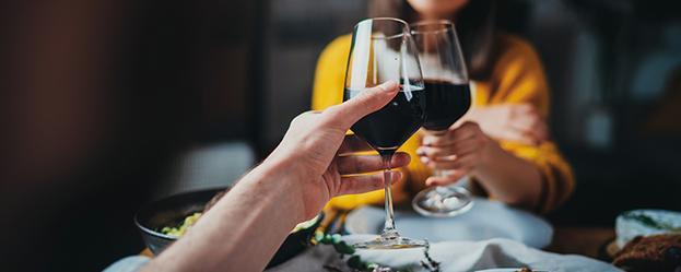Paar beim Weintrinken